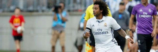 Marcelo conduce el balón ante la mirada de Zidane