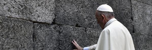 El papa Francisco en el campo de concentración de Auschwitz (Alemania).