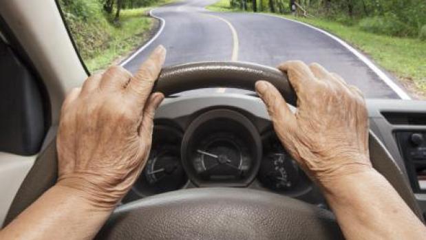 ¿Debe restringirse la conducción a partir de una edad?