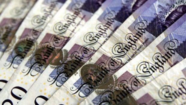 ¿Quién lleva años dejando fajos de billetes en las calles de un pueblo de Inglaterra?