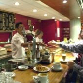 Un camarero atiende a un cliente
