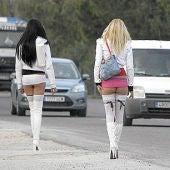 Dos prostitutas junto a la carretera