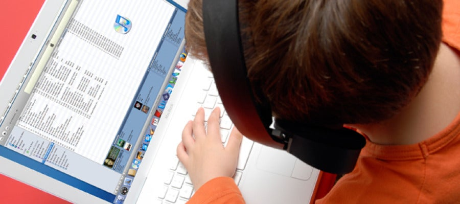 Niño con ordenador