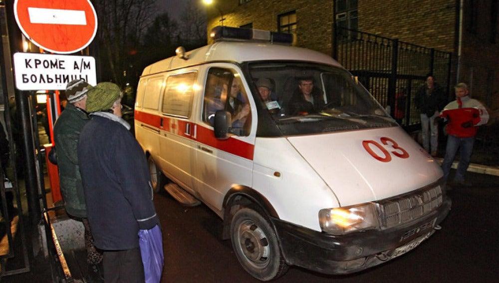 Una ambulancia sale del complejo hospitalario en Rusia