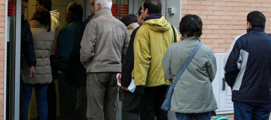 Desempleados frente a una oficina de empleo