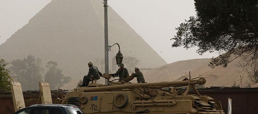 Tanques delante de las pirámides