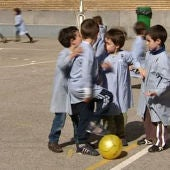 Jugar al balón en el recreo