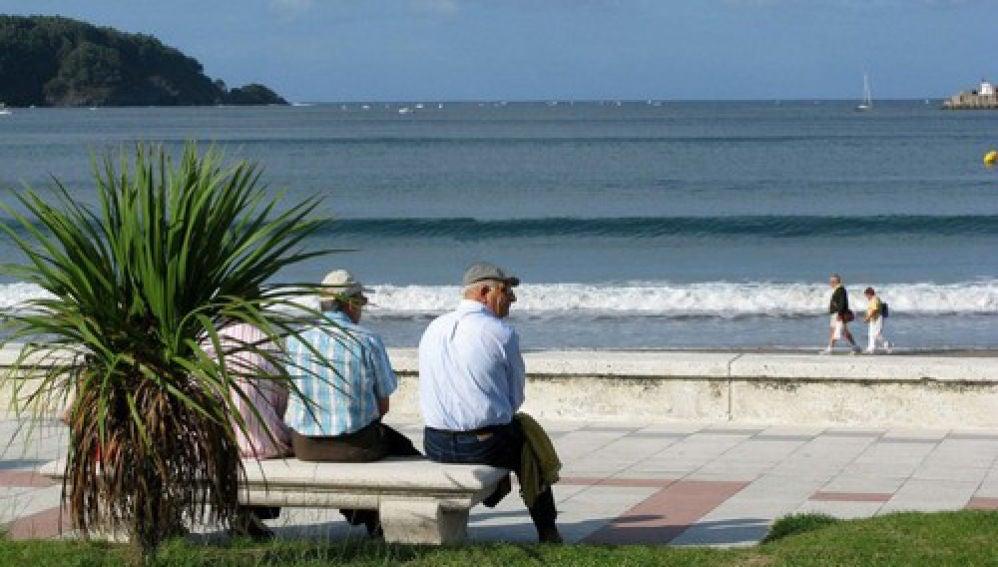 Imagen de archivo: jubilados sentados en un banco frente a la playa