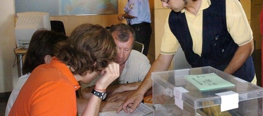 Los integrantes de una mesa comprueban la identidad del votante