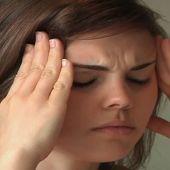 Una mujer sufriendo migrañas