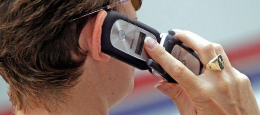 Un hombre habla por su teléfono móvil.
