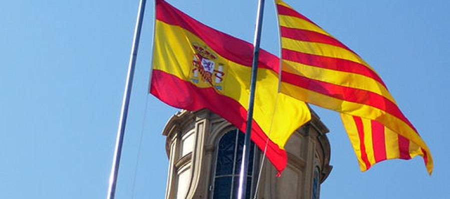 Bandera catalana junto a la española