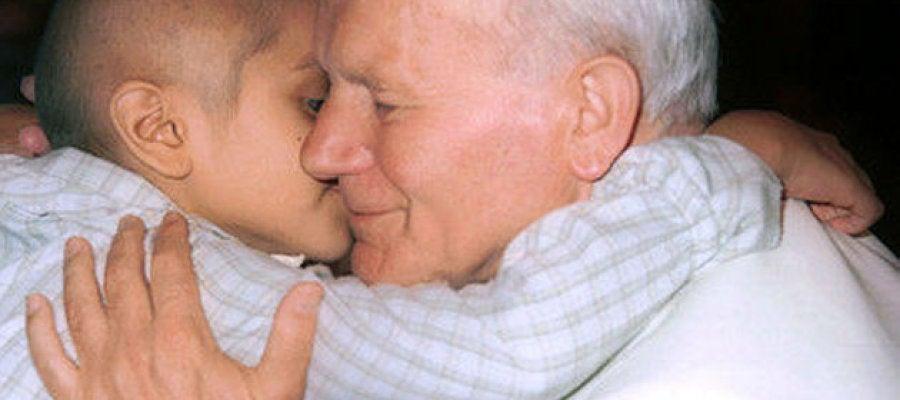 Juan Pablo II abraza a un niño