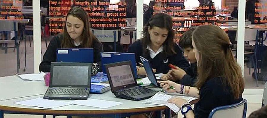 Estudiantes españoles usando ordenadores