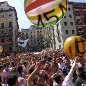 Jóvenes lanzan pelotas gigantes aludiendo al 15M