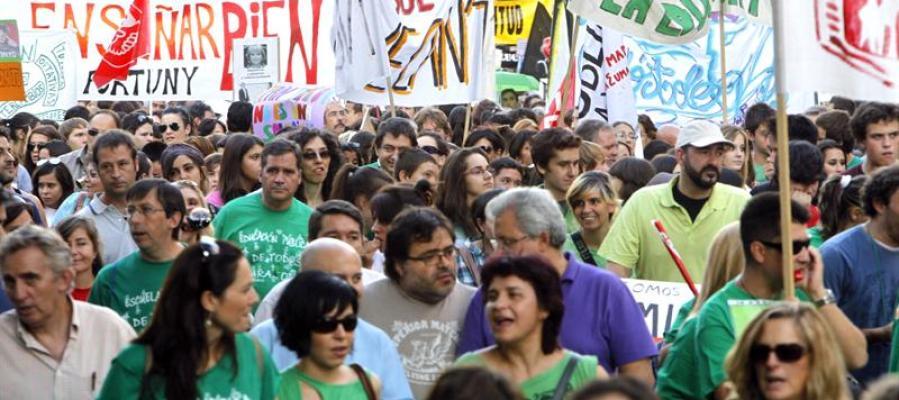 Profesores, padres y alumnos durante una manifestación