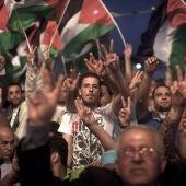 Miles de palestinos escuchan el discurso de Abbás