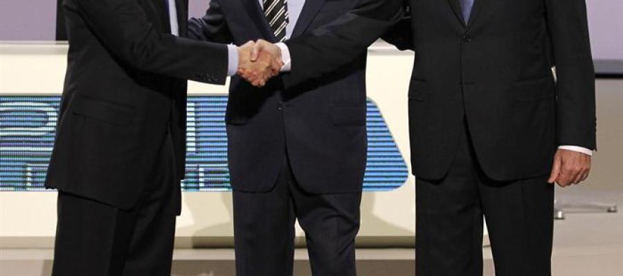 Rubalcaba y Rajoy se saludan antes del debate.