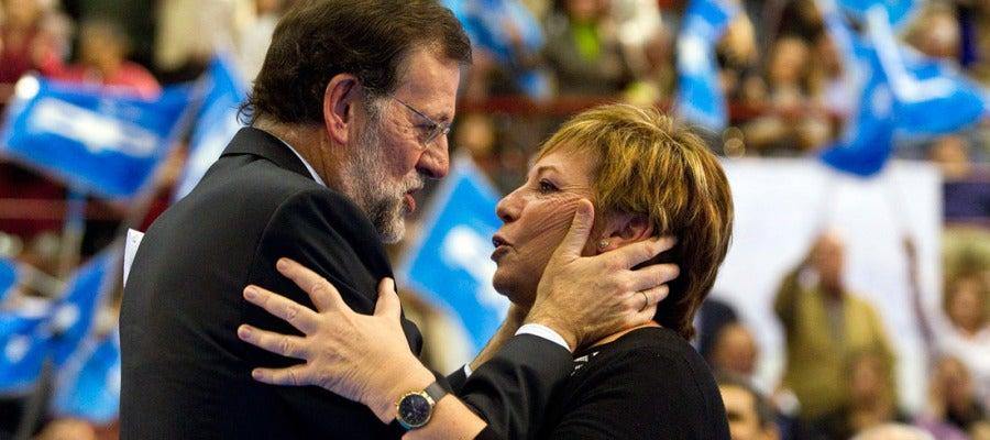 Mariano Rajoy abraza a Celia Villalobos