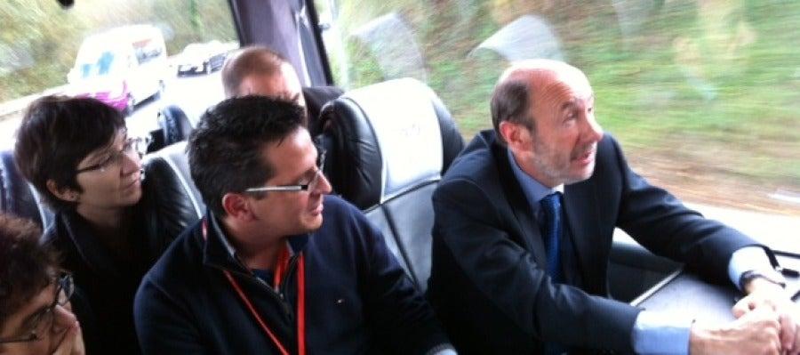Rubalcaba en el autobús de los periodistas