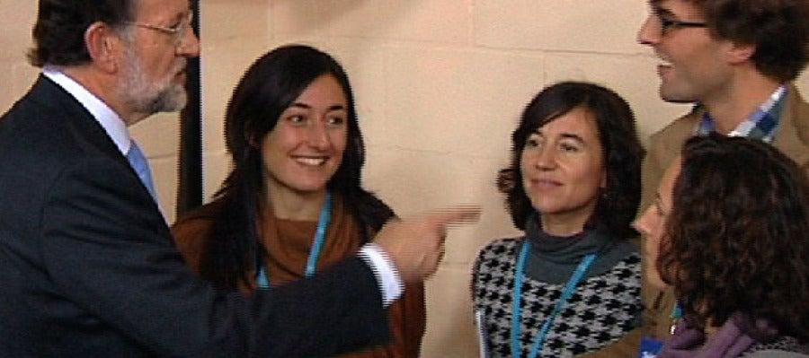 Rajoy con Eva Llamazares y otros periodistas de la caravana electoral del PP