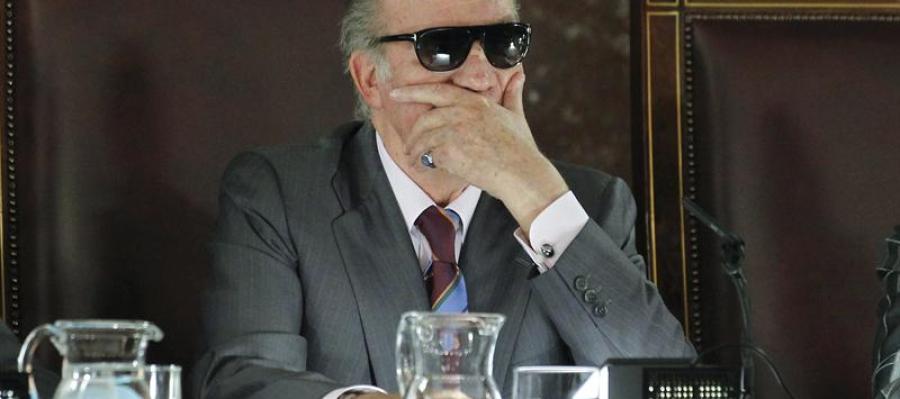 l rey Juan Carlos durante un acto público con gafas de sol tras sufrir un accidente doméstico.