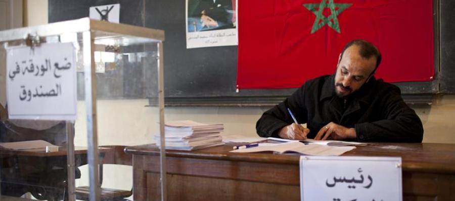 Un encargado de un colegio electoral en el centro de Rabat