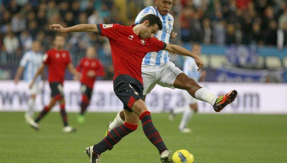 Miguel Flaño pelea un balón con Rondón