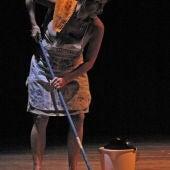 Mujer fregando el suelo