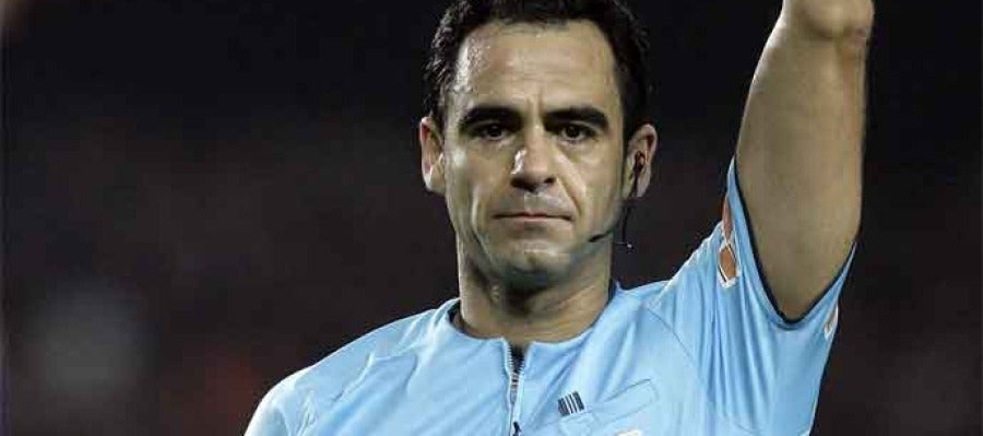 El colegiado español Velasco carballo durante un partido internacional.
