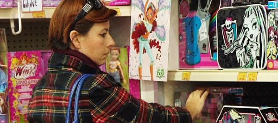 Una mujer mira juguetes