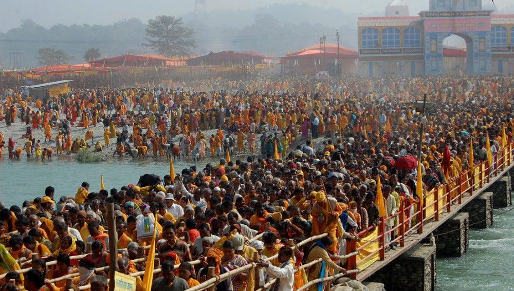 Peregrinos hindúes se apelotonan en una ciudad india