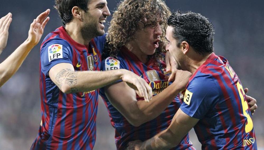 Los jugadores del Barça celebran el gol de Puyol
