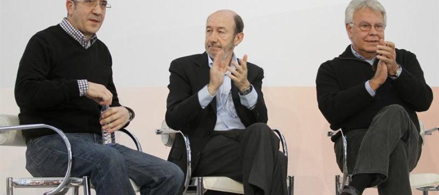 Rubalcaba, junto a Felipe González y Patxi López