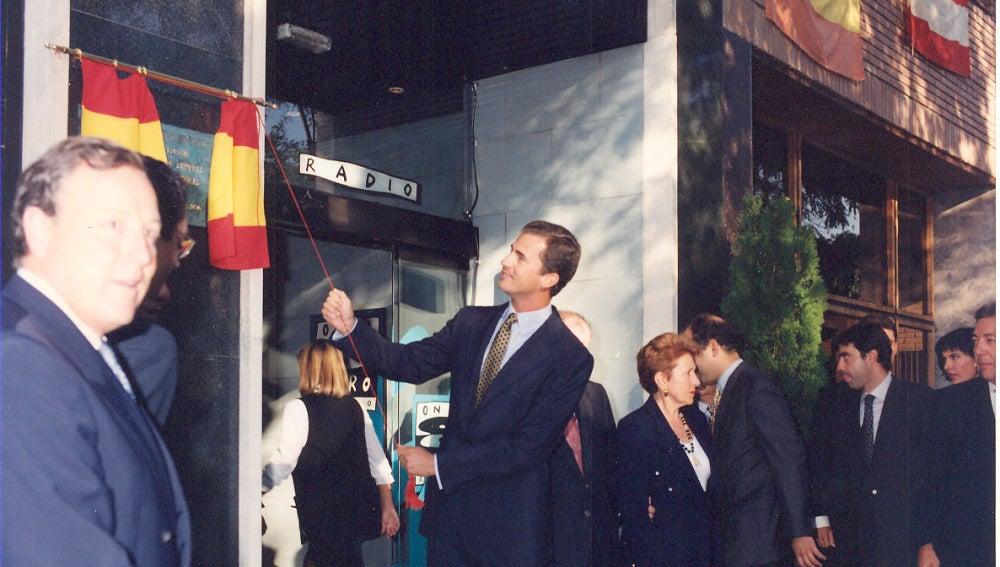 SAR El príncipe Felipe descubre una placa durante la inauguración oficial de la nueva sede