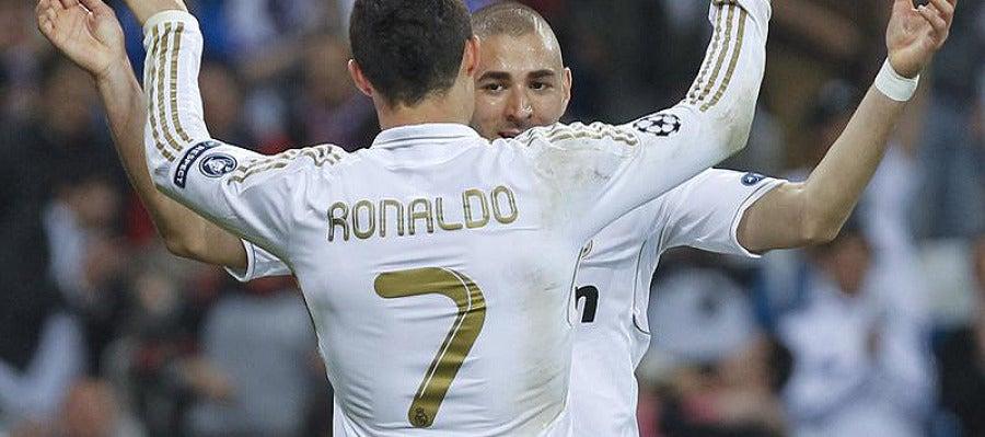 Ronaldo y Benzema se abrazan tras el cuarto gol del Real Madrid al CSKA