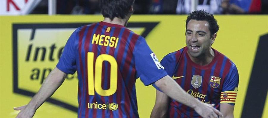 Messi y Xavi celebran el gol