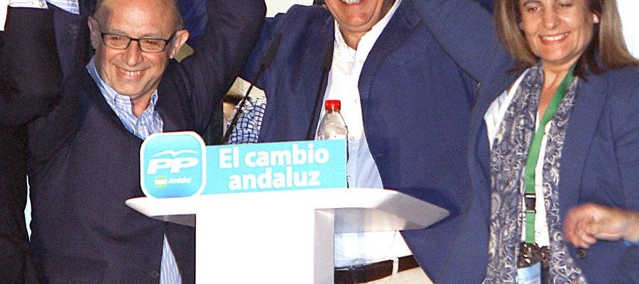 Javier Arenas saluda acompañado de Cristóbal Montoro y Fátima Báñez