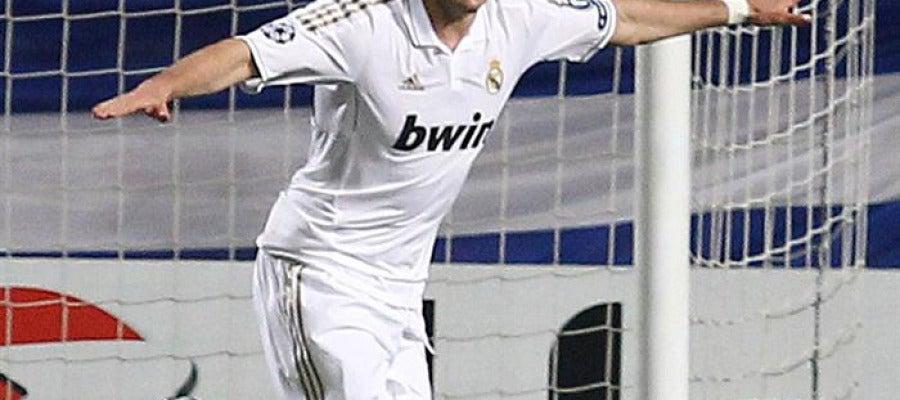Benzema celebra uno de sus goles ante el APOEL