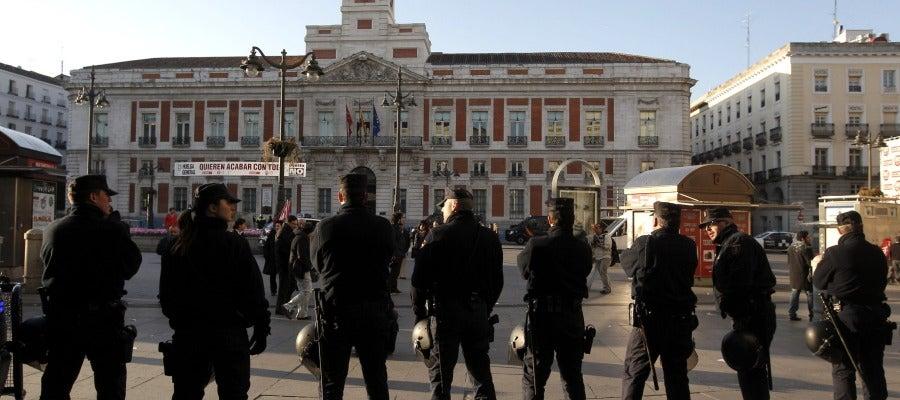 Efectivos policiales vigilan la madrileña puerta del sol