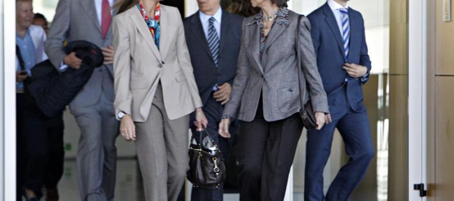 La reina Sofía, junto a la infanta Elena, sale de la Clínica Quirón de Madrid
