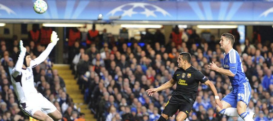 Alexis remata ante Cech
