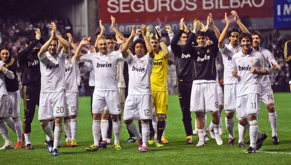 Los jugadores del Madrid sobre el césped de San Mamés