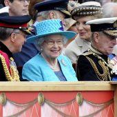 La reina Isabel II observa a la guardia que le rinde honores
