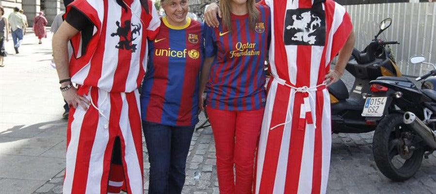 Aficionados del Barça y el Athletic posan juntos