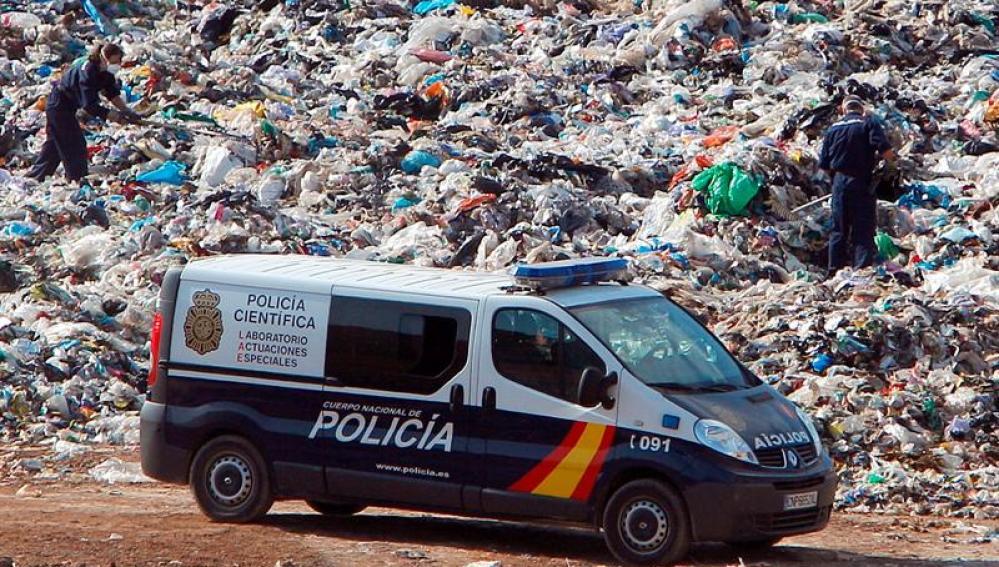 Agentes de policía examinan el vertedero de Dos Aguas (Valencia)