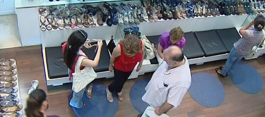 Clientes comprando en una tienda