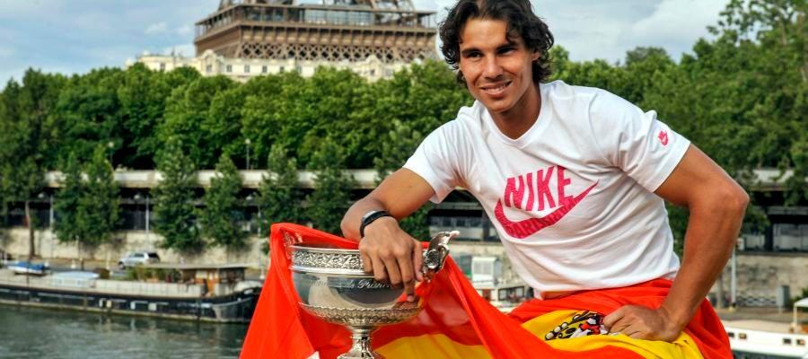 Rafa posa con la Copa y la bandera de España junto a la Torre Eiffel