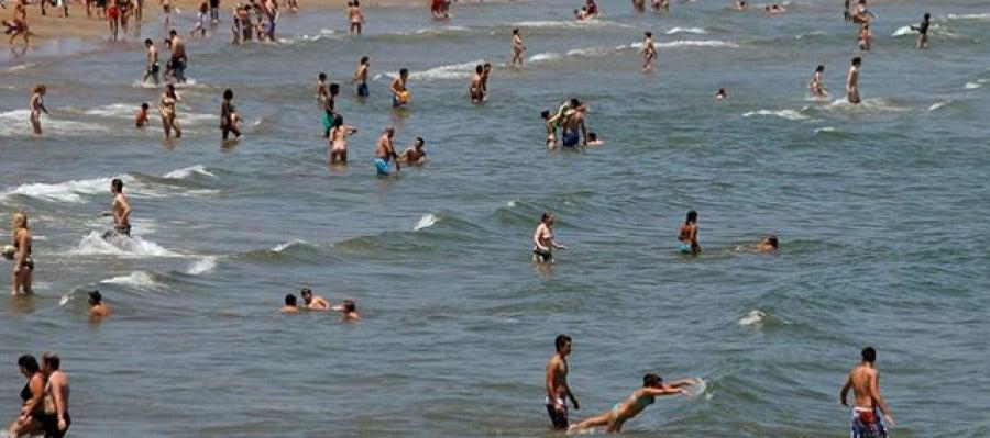 Un gran número de personas se acercaron a la playa de la Malvarrosa en Valencia