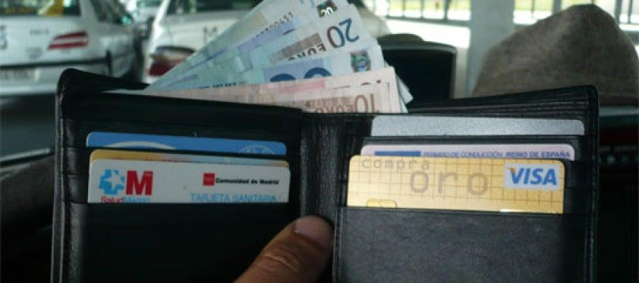 Encontrarse una cartera por la calle